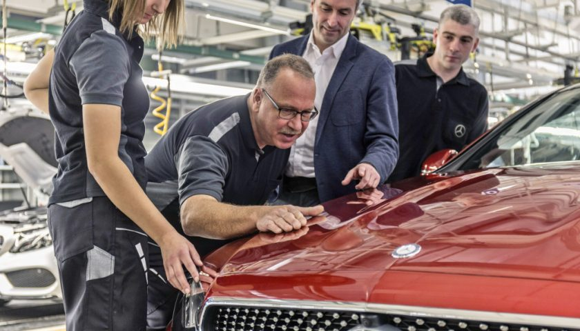 Produktionsstart im Mercedes-Benz Werk Bremen: Standortverantwortlicher Peter Theurer (2.v.r.) begutachtet das neue E-Klasse Coupé gemeinsam mit der Mannschaft. ;   Start of production at the Mercedes-Benz plant in Bremen: Site Manager Peter Theurer (2nd from right) examines the new E-Class Coupé together with his team.;