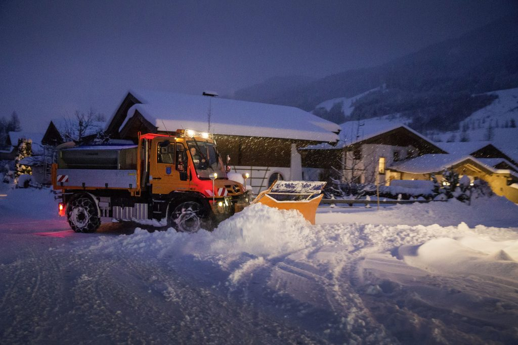 So wie hier in Leogang/Österreich sind in ganz Europa hunderte von Unimog im Einsatz und räumen die Straßen von Schnee. Technische Daten: Mercedes-Benz Unimog U 430, Exterieur, orange, OM 936 Euro VI mit 220 kW (299 PS), 7,7 l Hubraum, permanenter Allradantrieb. ; Just like in Leogang (Austria), hundreds of Unimog vehicles are in operation throughout Europe, clearing snow from the roads. Technical Data: Mercedes-Benz Unimog U 430, Exterior, orange, OM 936 Euro VI rated at 220 kW (299 hp), displacement 7.7 l, permanent all-wheel drive.;