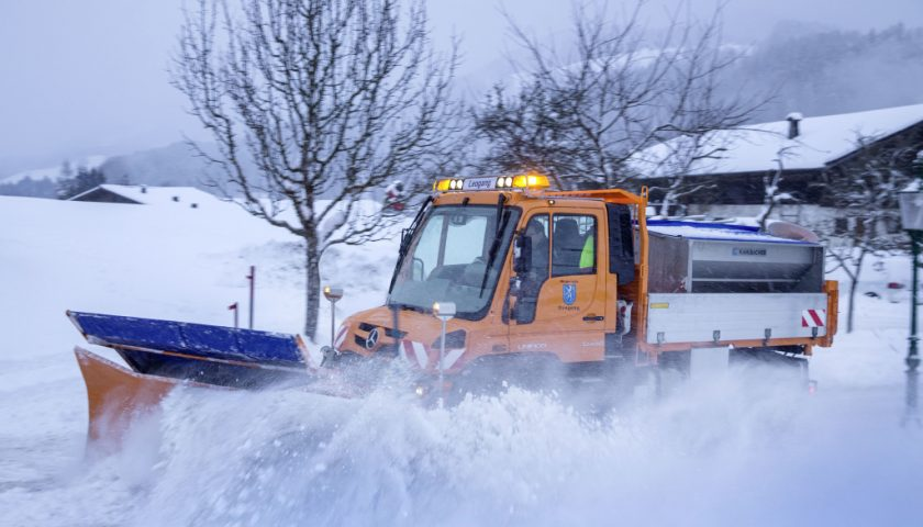 Neben einem Schneepflug kann am Unimog auch eine Schneefräse angebaut werden, die den Schnee im hohen Bogen zur Seite schleudert. Technische Daten: Mercedes-Benz Unimog U 430, Exterieur, orange, OM 936 Euro VI mit 220 kW (299 PS), 7,7 l Hubraum, permanenter Allradantrieb. ;  In addition to the snowplough, a snow cutter can also be mounted on the Unimog which blows the snow out to the side in a high arc. Technical Data: Mercedes-Benz Unimog U 430, Exterior, orange, OM 936 Euro VI rated at 220 kW (299 hp), displacement 7.7 l, permanent all-wheel drive.;