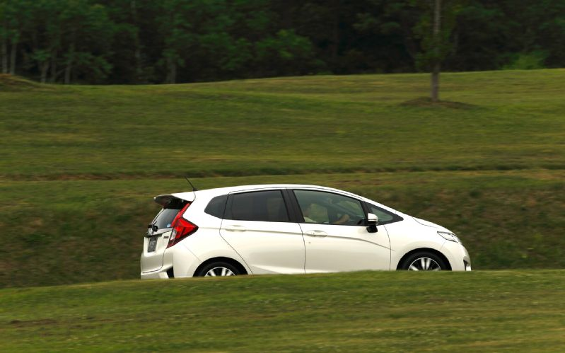 2014-Honda-Jazz-Fit-Hybrid-side-in-motion-03