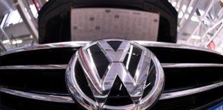 Wolfsburg, Almanya'daki Volkswagen tesisinde bir üretim hattı